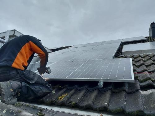 Sunpowered Noord persoon installeert zonnepanelen